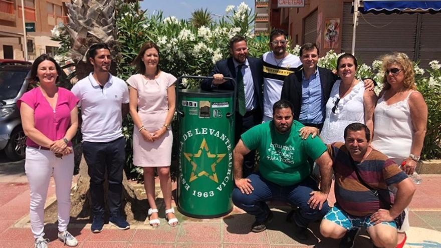 Estrella de Levante presentando junto al Ayuntamiento de Águilas las compactadoras de latas como acción de reciclaje solidario