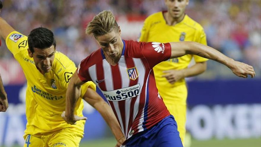 El delantero del Atlético de Madrid Fernando Torres (d) pelea un balón con Vicente Gómez. EFE/Sergio Barrenechea