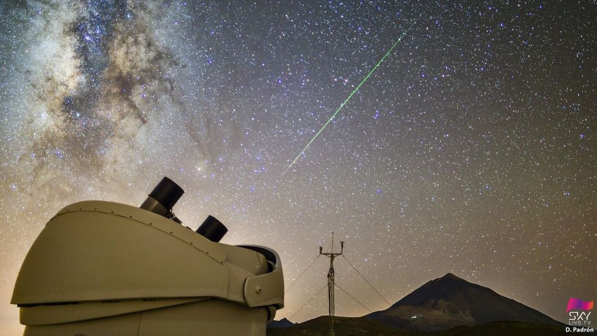 Una meteoro cruza el cielo sobre el volcán Teide, en agosto de 2020, bajo la atenta mirada del telescopio MASTER / D. Padrón