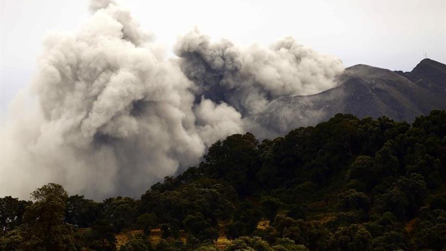 La ceniza volcánica deja varados a miles en Costa Rica y se expande por Guatemala
