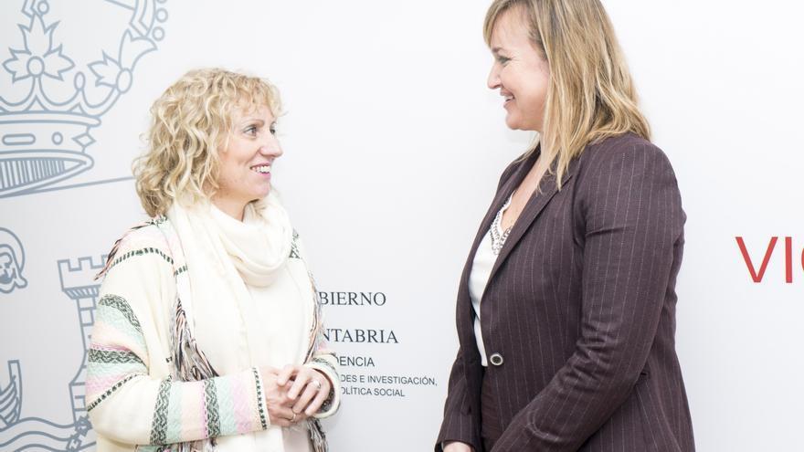 Eva Díaz Tezanos y junto a la nueva responsable de Sodercan, Icíar Amorrortu. | IRENE OLMO