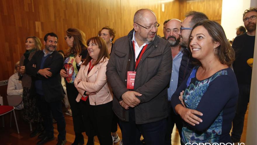 Los socialistas siguiendo los resultados en la sede de la avenida del Aeropuerto | ÁLEX GALLEGOS