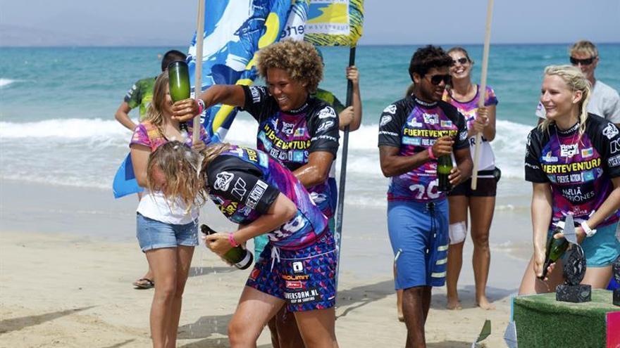 La arubense Sarah-Quita Offringa (c); la danesa Maaike Huvermann (d), y la noruega Oda Johanne Stokstad (i), tras lograr la primera, segunda y tercera posición en la modalidad de estilo libre del Campeonato Mundial de Windsurf que se celebra estos días en la playa de Sotavento, en Fuerteventura. EFE/CARLOS DE SAÁ