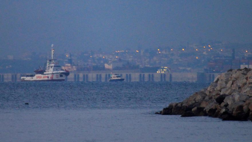 El buque Open Arms a su llegada al puerto de Crinavis de San Roque, en la Bahía de Algeciras (Cádiz), con más de 300 inmigrantes a bordo rescatados en el Mediterráneo, después de que el Gobierno autorizara su desembarco.Según pudo comprobar Efe, en una mañana de intenso frío y algo de niebla, el barco, de la ONG Proactiva Open Arms, ha arribado al puerto de Crinavis, un astillero ubicado en el vecino término municipal de San Roque y donde en agosto pasado se habilitó el Centro de Atención Temporal a Extranjeros (CATE), que es el destino final de los rescatados