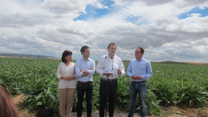 """Rajoy visita una finca de alcachofas en Tudela y dice que le """"emociona"""" el enorme esfuerzo del sector de la agricultura"""