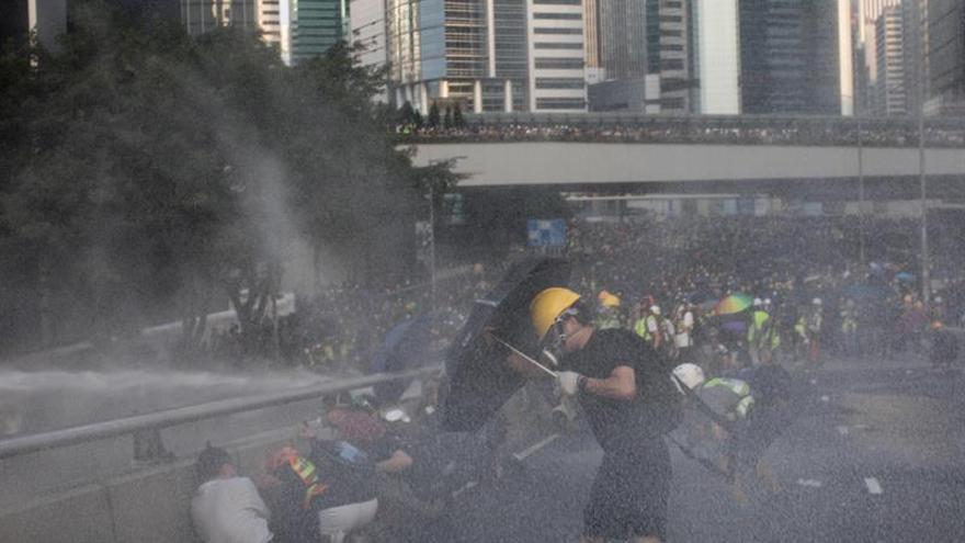 Una asociación de Policía de Hong Kong aboga por usar munición real en las protestas