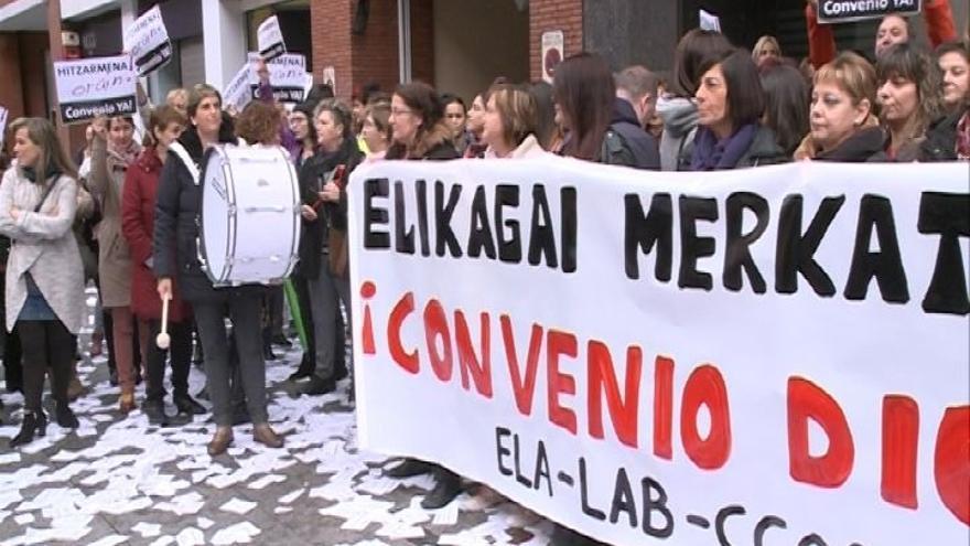 Empleadas de supermercado de Bizkaia se concentran y realizan paros para pedir un convenio más justo