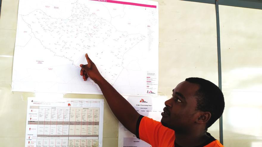 Last Prosper Mufoya, técnico de Sistemas de Información Geográfica (SIG) de MSF,  explica la ubicación de los centros de salud en un mapa detallado del distrito de Mwenezi en Zimbabue que él mismo creó. Días después de que el ciclón Idai azotara el país, Mufoya activó la comunidad local de Missing Maps para cartografiar los distritos afectados.
