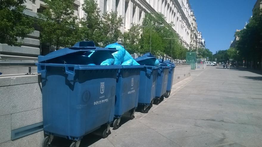 Decenas de bolsas de basura con documentos triturados frente al Palacio de Cibeles, en la calle Montalbán