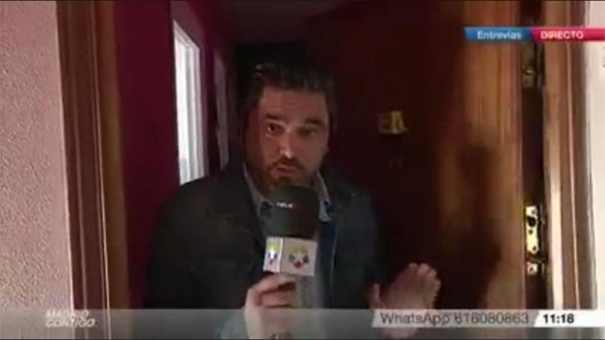 El reportero José Antonio Masegosa en la puerta del inmueble