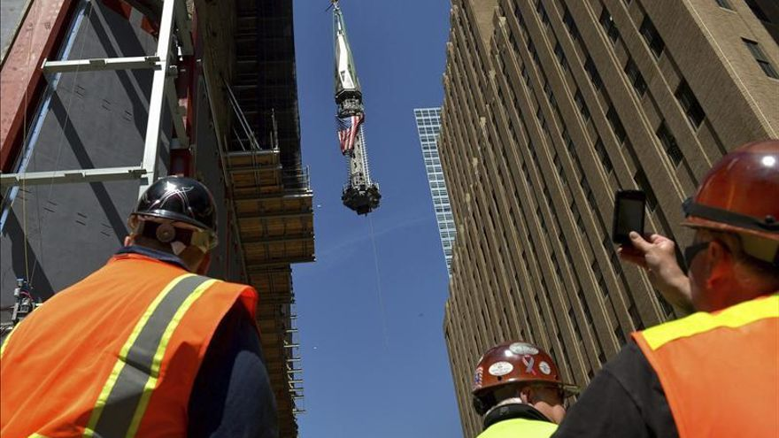 Suben la antena que convertirá One World Trade Center en el techo de América