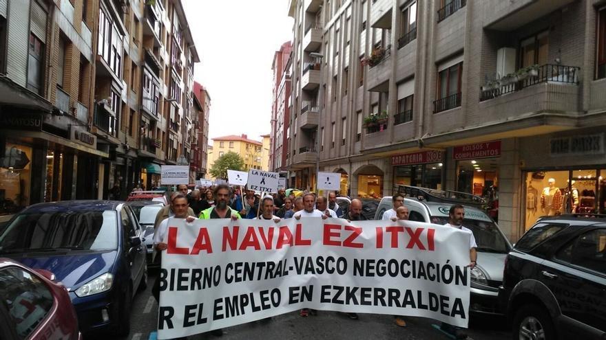 Trabajadores de La Naval se manifiestan por Barakaldo (Bizkaia) para reclamar la continuidad del astillero