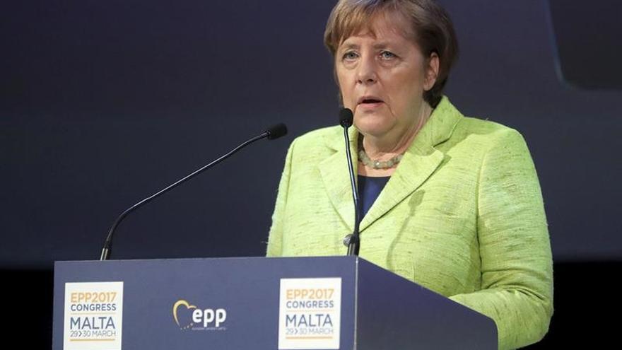 Merkel pide a los inmigrantes respeto a la ley y a los valores alemanes