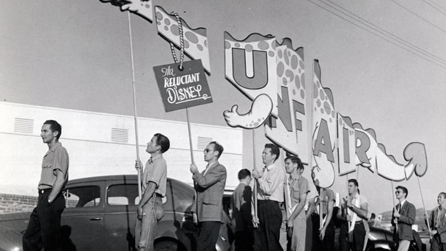 Trabajadores de Disney izando una cartel durante la huelga. (CA).