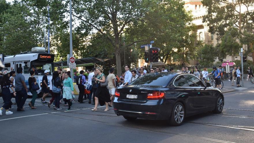 Tranvías y bicicletas coexistiendo con coches en el centro de Melbourne
