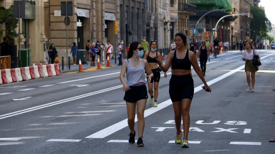 Dos mujeres pasean por una Via Laietana sin coches, durante el proceso de desescalada