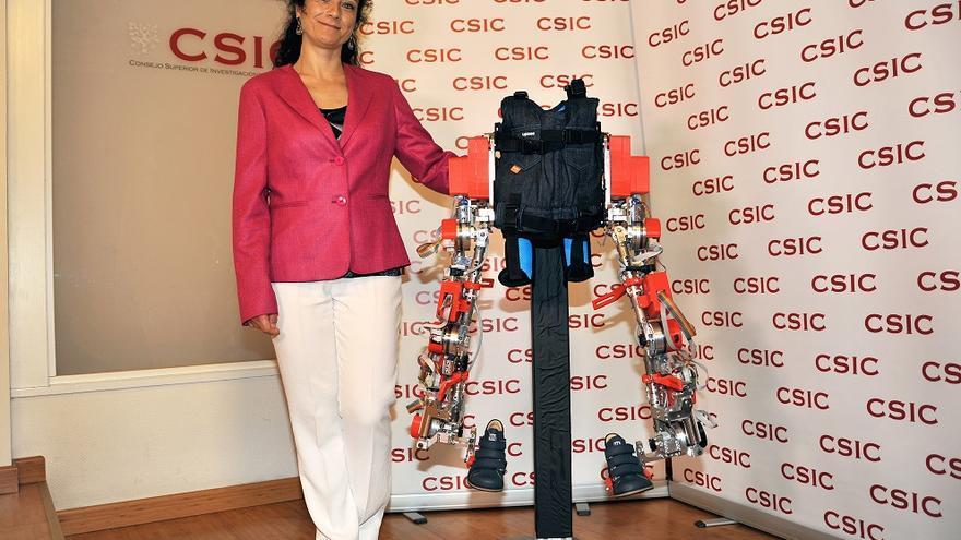 Elena García Armada junto al exoesqueleto