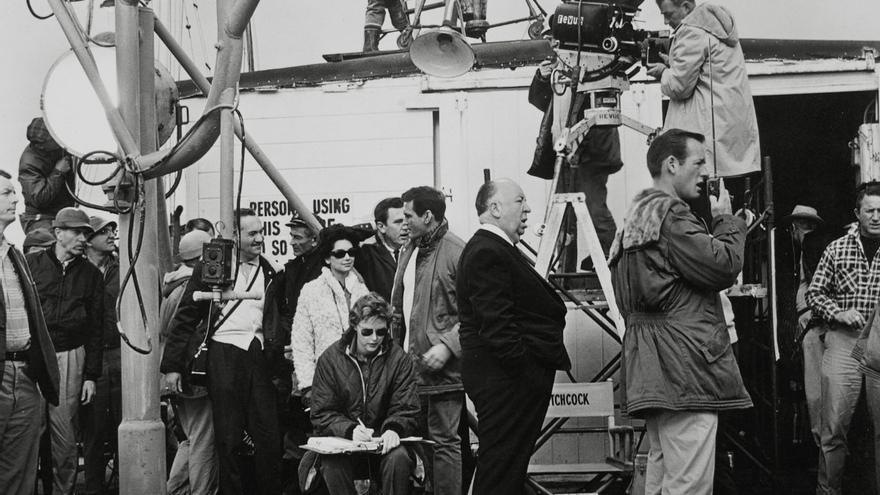 Alfred Hitchcock en el rodaje de Los pa╠üjaros (1963) ┬® UNIVERSAL PICTURES  Album.jpg