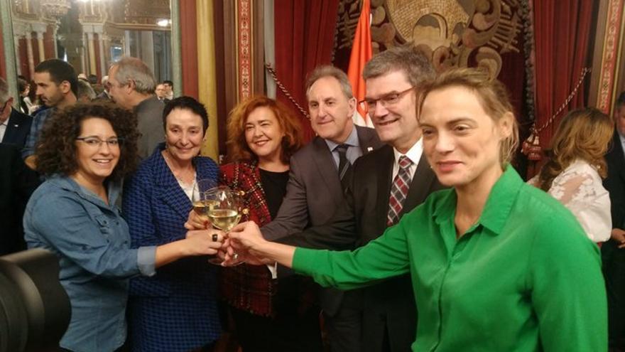 Raquel González junto a Jone Goirizelaia, Juan Mari Aburto y otros portavoces del Ayuntamiento de Bilbao
