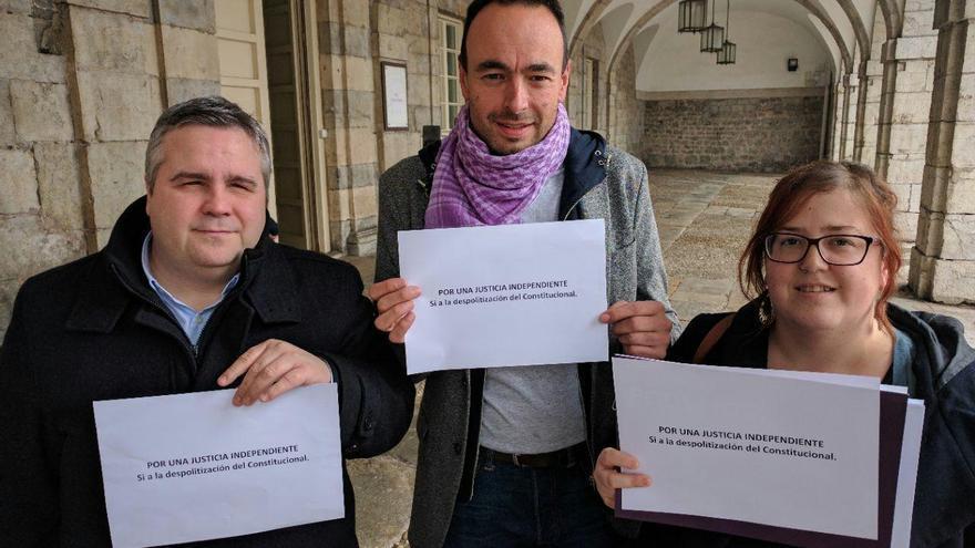 """Los diputados de Podemos Cantabria han protestado por la """"politización"""" de la Justicia."""