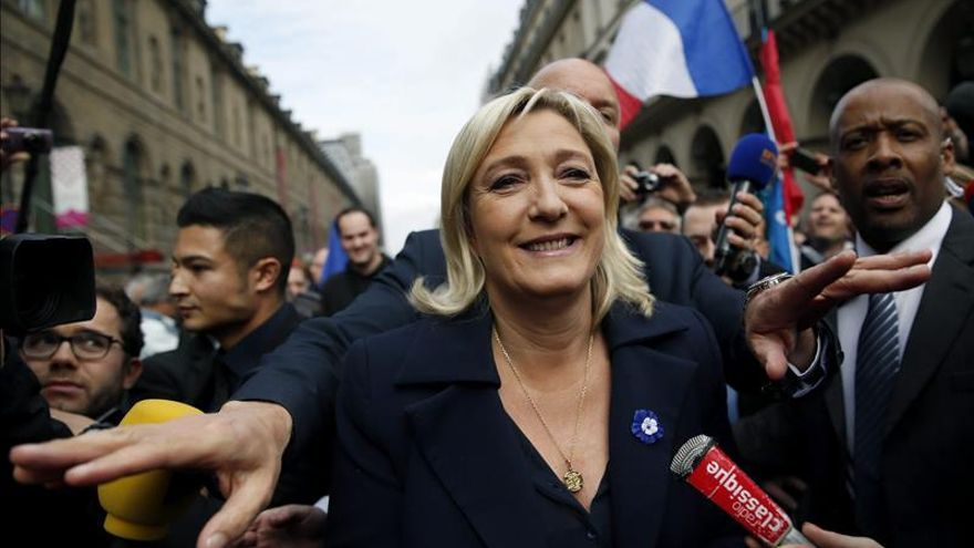 La presidenta del partido de ultraderecha Frente Nacional (FN), Marine Le Pen (centro). / Efe