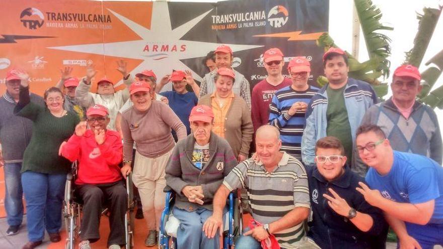 Imagen de archivo de miembros del colectivo con discapacidad intelectual con familiares en Transvulcania. Foto cedida por Funcataes