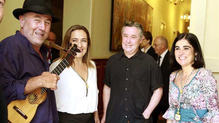 Carolina Darias (d), saluda al timplista Domingo El Colorado (i), Candelaria González y Alberto El Naranja. (Efe).