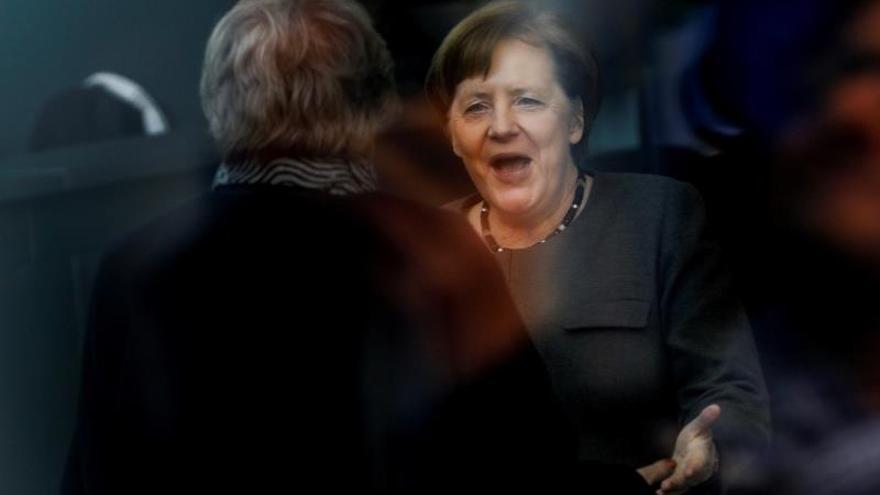 La canciller alemana, Angela Merkel (dcha), recibe a la primera ministra británica, Theresa May, este martes en Berlín.