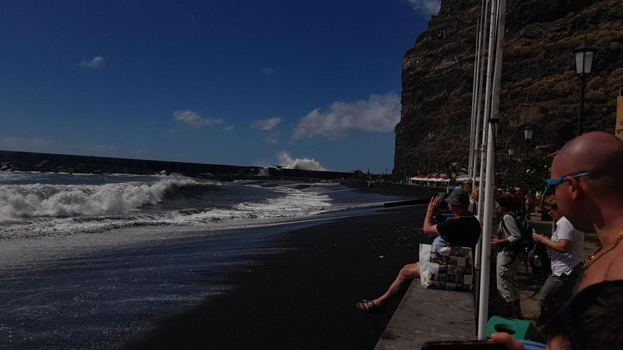 Las olas han ofrecido este jueves un espectáculo en la playa del Puerto de Tazacorte.
