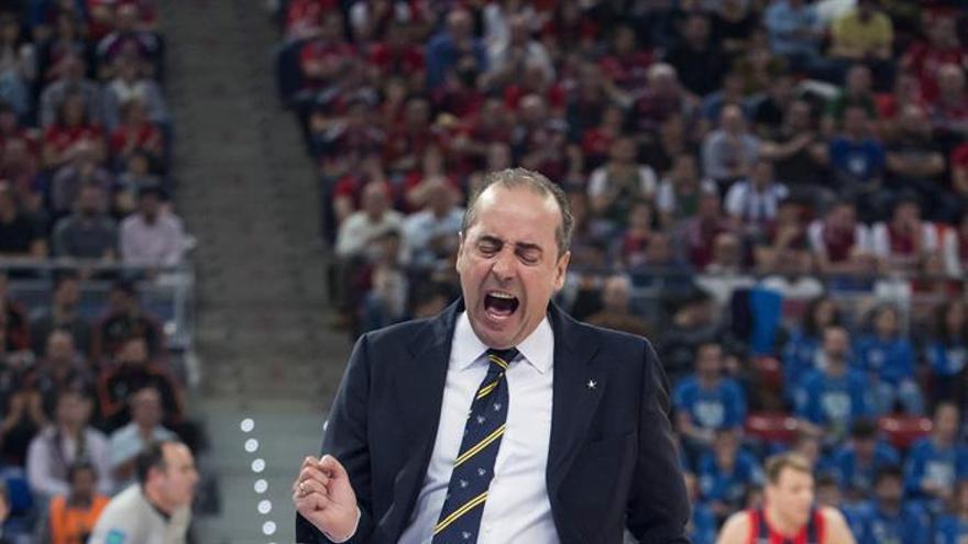 El entrenador del Iberostar Tenerife, Txus Vidorreta durante el partido de cuartos de final de la Copa del Rey de baloncesto que se juega en el Fernando Buesa Arena de Vitoria. EFE/JOSE RAMON GOMEZ