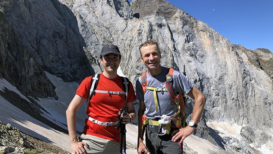 Ricardo Forcano, con el consultor y alpinista Valentín Giró.