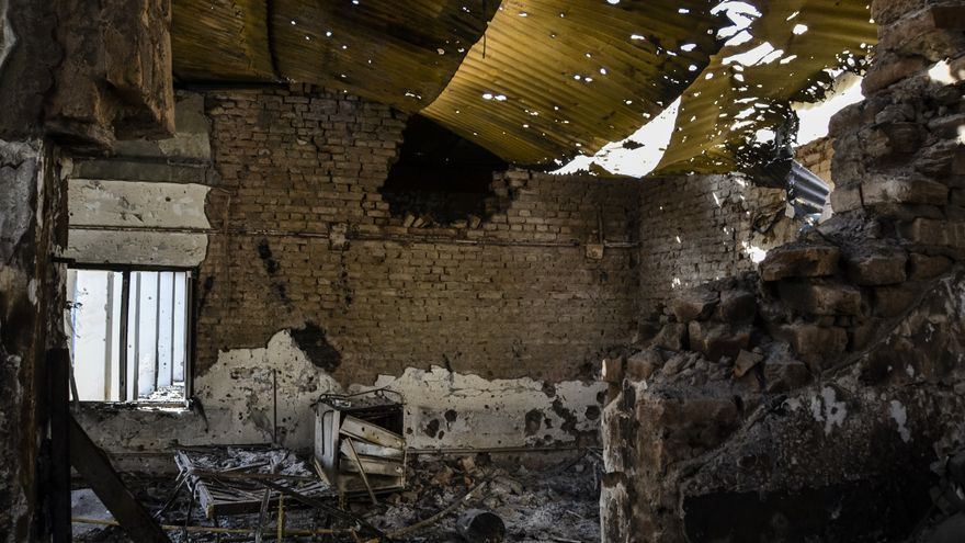 En primer plano se aprecia dónde se ha derrumbado la pared , y justo debajo del techo hay un gran agujero causado por una de las bombas que lanzó el avión. En las horas posteriorires al ataque aéreo esta habitación estaba llena de pacientes y personal sanitario. | Foto: Dan Sermand