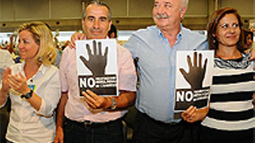 Oramas, Cabrera, Melchior y Morales, con carteles contra las prospecciones petrolíferas.