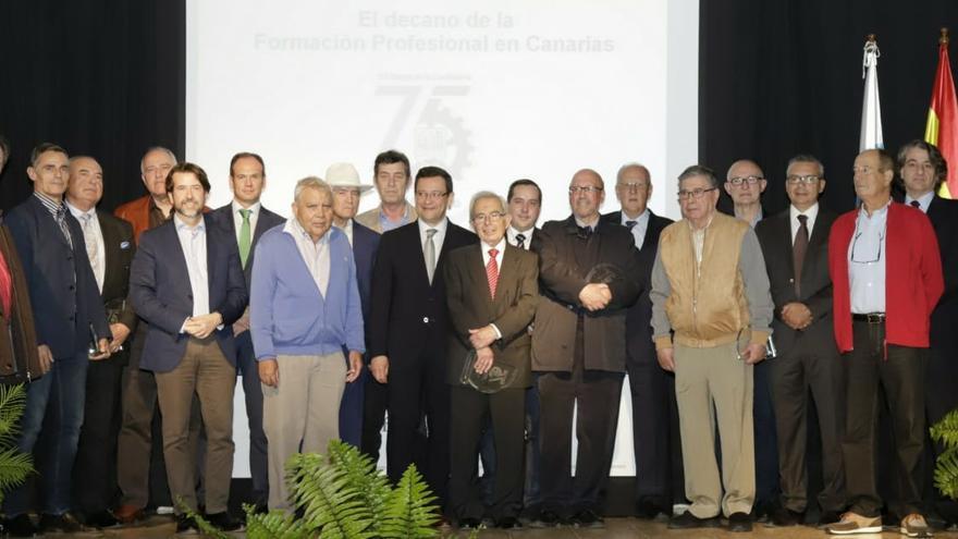 Foto de familia con los exdirectores homenajeados y parte de las autoridades asistentes a la efeméride
