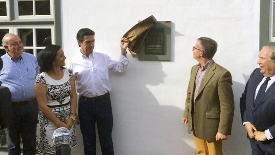 El ministro de Industria, Energía y Turismo, José Manuel Soria (c), descubre una placa por el Premio Hispania Nostra a las Buenas Prácticas en la Conservación del Patrimonio Cultural y Natural en el Hotel Hacienda de Abajo, en Tazacorte.EFE/Miguel Calero.