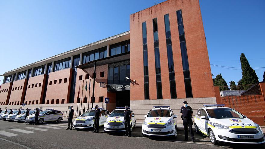 Vehículos y agentes en la Jefatura de la Policía Local |ALEX GALLEGOS
