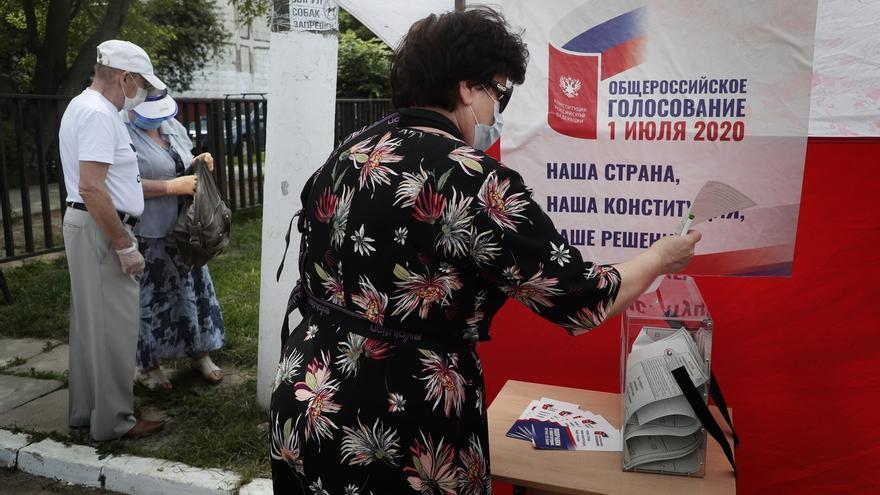 Abren los colegios en una ornada clave del plebiscito constitucional en Rusia.