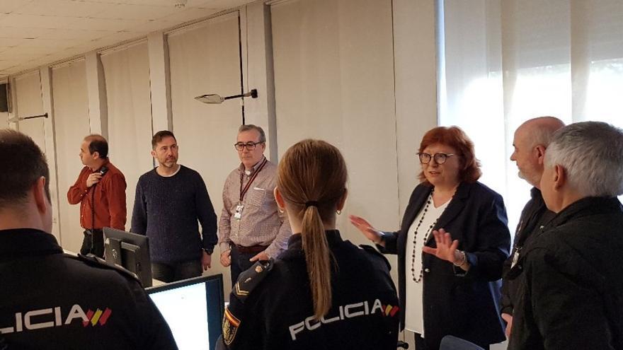 Gloria Calero habla con agentes de la Policía Nacional