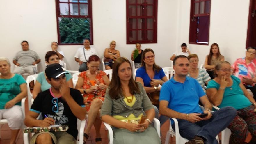 En la imagen, un momento de la reunión de NC con vecinos de la urbanización Benahoare.