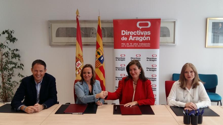 Firma del convenio entre la consejera de Educación, Mayte Pérez (segunda por la izquierda), y la presidenta de la Asociación Directivas de Aragón, Ana Solana Castillo (segunda por la derecha)