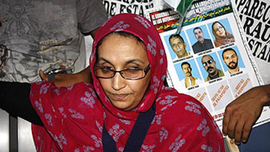 Aminatu Haidar, este sábado en el aeropuerto de Lanzarote. (ACFI PRESS)