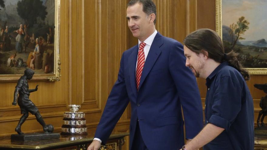 Pablo Iglesias y Felipe VI, minutos antes de iniciar su reunión en Zarzuela