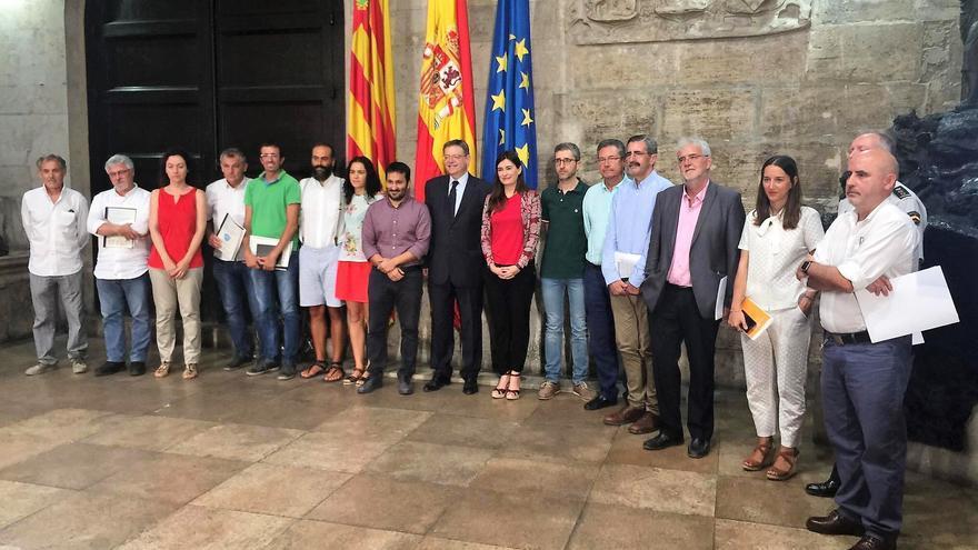 El president Ximo Puig junto a los representantes de administraciones y entidades participantes en la elaboración del libro blanco