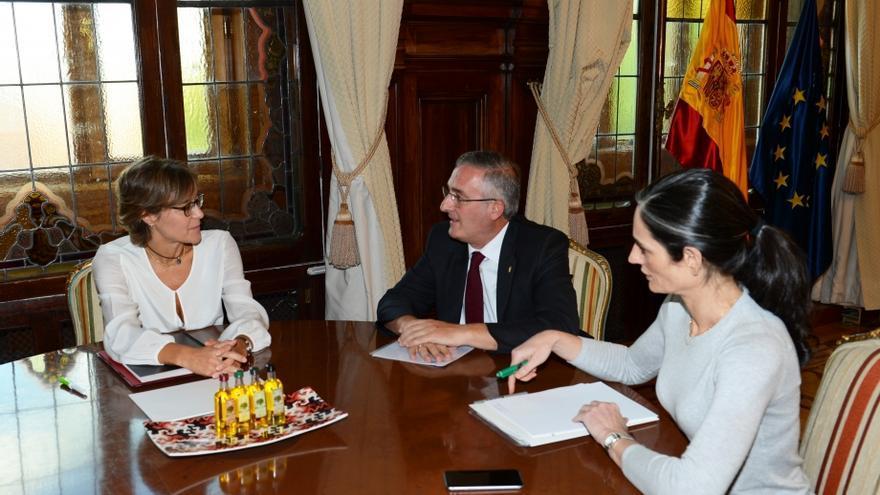La ministra de Agricultura, Isabel García Tejerina (izqda), y el consejero aragonés de Desarrollo Rural, Joaquín Olona (centro).