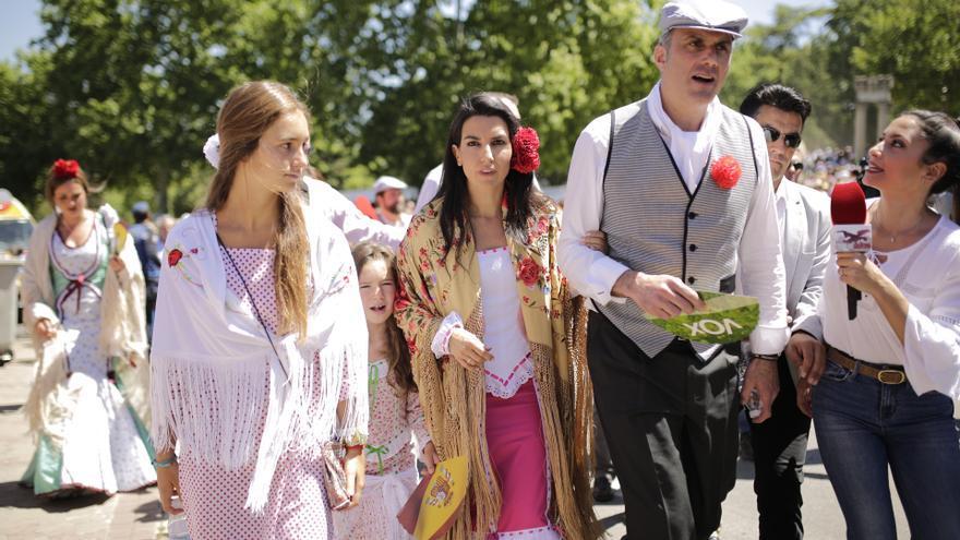 Rocío Monasterio y Javier Ortega Smith, candidatos de Vox a la Comunidad y al Ayuntamiento de Madrid, respectivamente. Los dirigentes del partido de extrema derecha, ataviados con el traje tradicional, han cantado un chotis