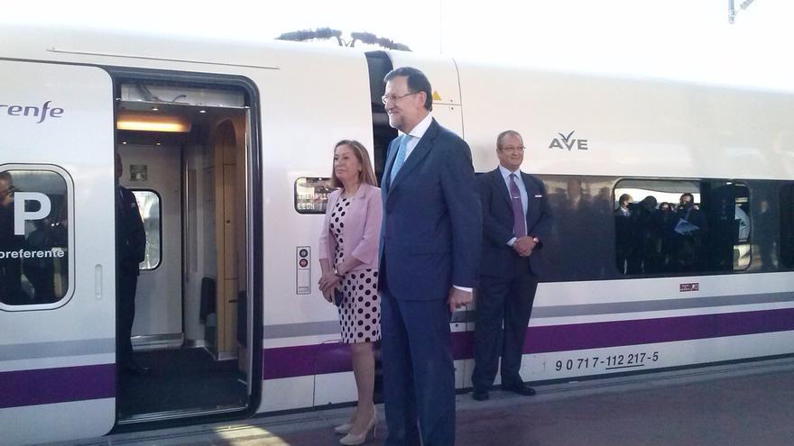 """Rajoy destaca los """"esfuerzos"""" de los expresidentes Aznar y Zapatero en la construcción del AVE a León"""