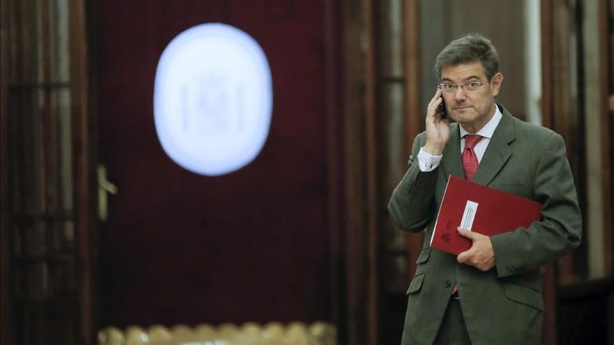 El ministro de Justicia no considera razonable exigir abandonar la política por una mera imputación