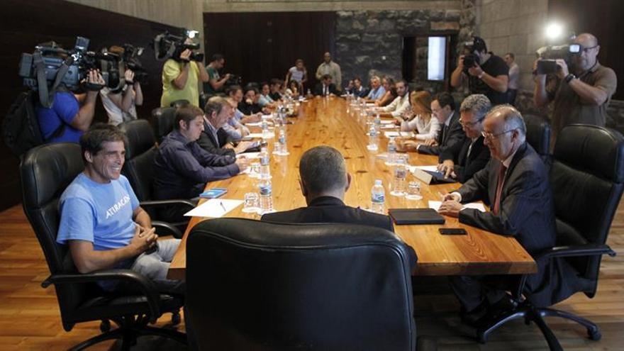Reunión del Gobierno canario con organizaciones políticas, sociales y ecologistas para hablar sobre las prospecciones petrolíferas previstas en aguas cercanas a Lanzarote y Fuerteventura. Foto: Efe.