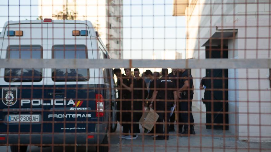 Varios jóvenes de origen magrebí suben a una furgoneta de la Policía de Fronteras tras salir del polideportivo Andrés Mateo de Algeciras.