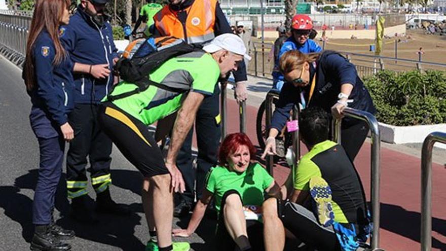 Una participante en la Gran Canaria Maratón requiere asistencia durante la carrera.